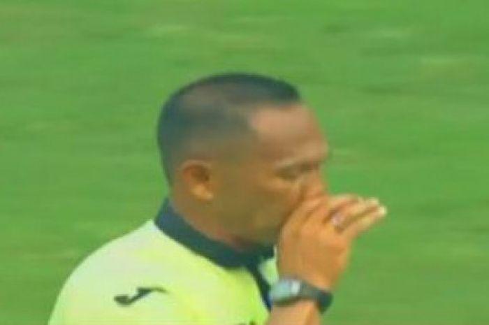 Wasit Dodi Setia Purnama saat memimpin laga Persija Jakarta versus Persegres Gresik.