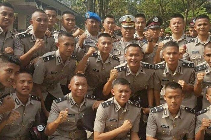 Para pemain tim senior dan U-21 Bhayangkara FC seusai dilantik jadi anggota Polri di Sekolah Polisi Negara (SPN) Mojokerto, Jawa Timur, Selasa (7/3/2017).