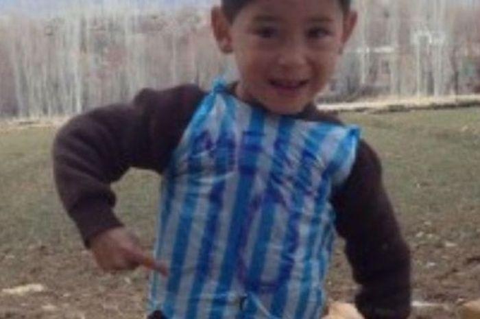 Murtaza Ahmadi, penggemar cilik megabintang Barcelona, Lionel Messi.