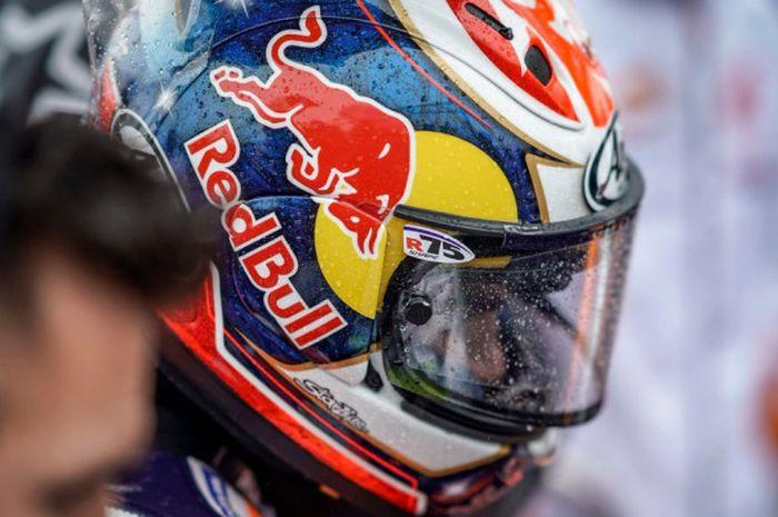 Dani Pedrosa jelang menjalani salah satu sesi MotoGP Inggris 2018 yang berlangsung dalam kondisi basah karena hujan.