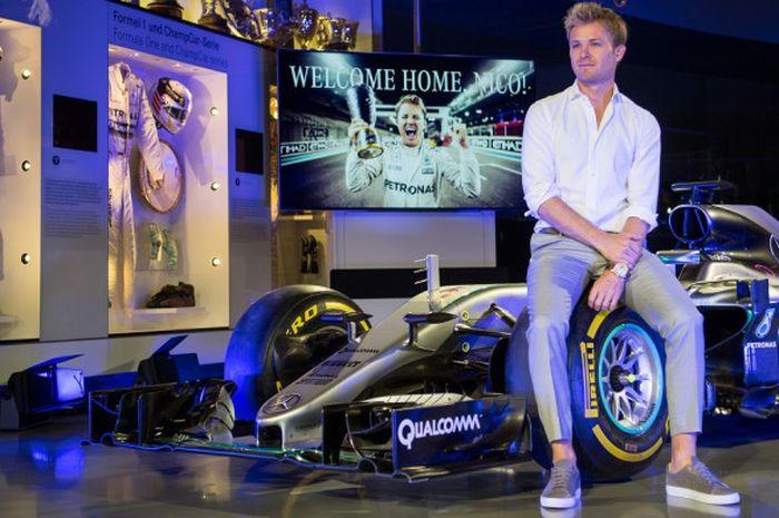 Juara dunia Formula 1 (F1) 2016 asal Jerman, Nico Rosberg berpose dengan mobil yang membawanya menja