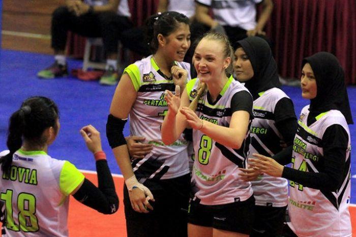 Tim bola voli putri Jakarta Pertamina Energi bereaksi setelah mengalahkan Jakarta PGN Popsivo Polwan pada putaran pertama final four Proliga 2018 yang berlangsung di GOR Ken Arok, Malang, Sabtu (31/3/2018).
