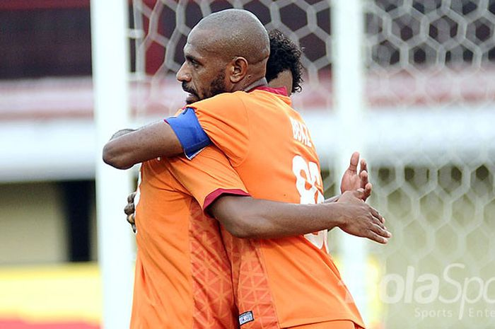 Penyerang Borneo FC, Boaz Salossa, merayakan gol dengan rekan setimnya Prisca Elisa Womsiwor usai me