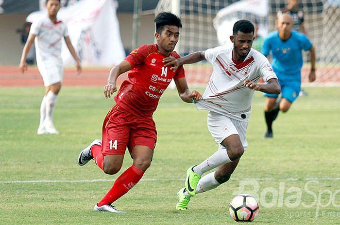 Mantan penyerang timnas U-22 Indonesia dan Persis Solo, Agung Supriyanto (kiri), berebut bola dengan pemain Persipur Purwodadi dalam