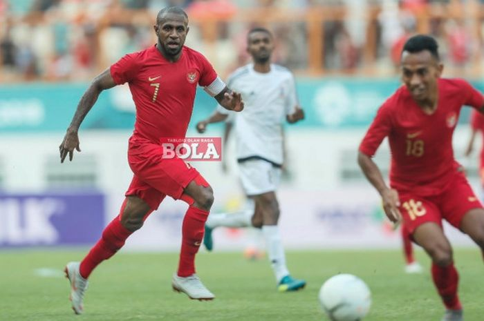 Kapten Timnas Indonesia Boaz Solossa berlari pada laga persahabatan internasional kontra Mauritius di Stadion Wibawa Muklti, Kabupaten Bekasi, Selasa (11/9/2018).