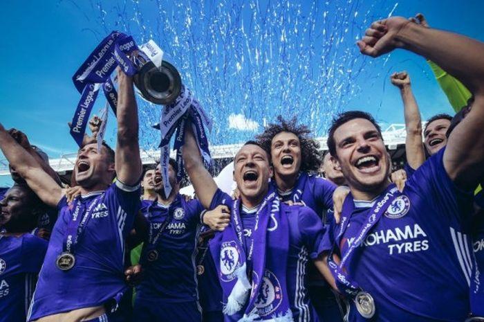 Para pemain Chelsea merayakan kesuksesan menjuarai Premier League 2016-2017 setelah partai pekan pamungkas lawan Sunderland di Stamford Bridge, London, 21 Mei 2017.
