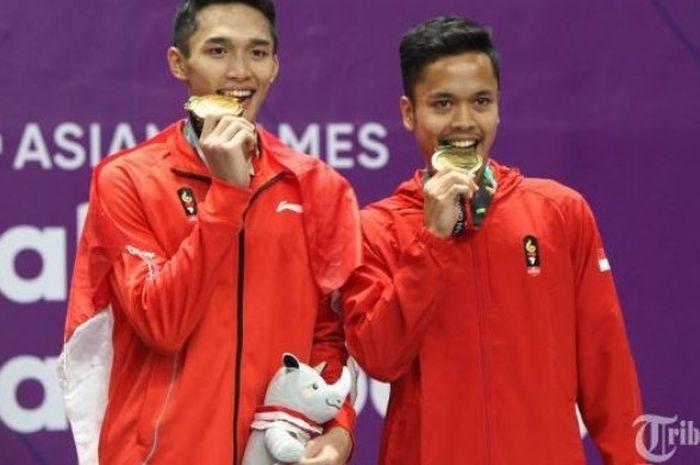 Tunggal putra Indonesia, Jonatan Christie bersama Anthony Sinisuka Ginting saat upacara pengalungan medali final perseorangan putra bulutangkis Asian Games 2018, di Istora Senayan, Jakarta, Selasa (28/8/2018).