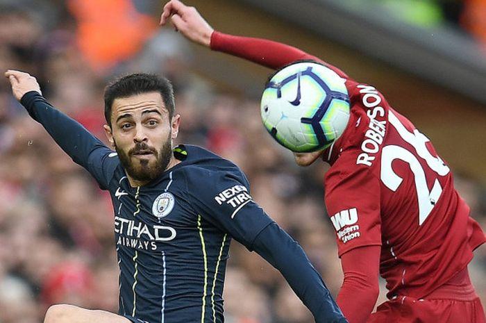 Pemain Manchester City, Bernardo Silva, berebut bola melawan bek Liverpool Andrew Robertson pada lag