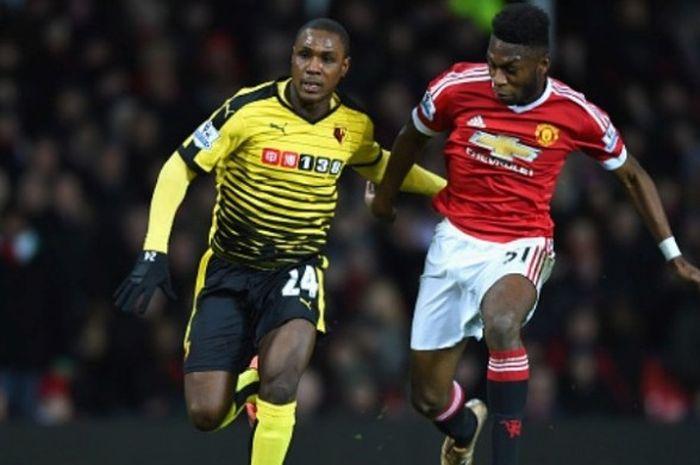 Bek muda Manchester United, Timothy Fosu-Mensah (kanan), berhadapan dengan striker Watford, Odion Ig