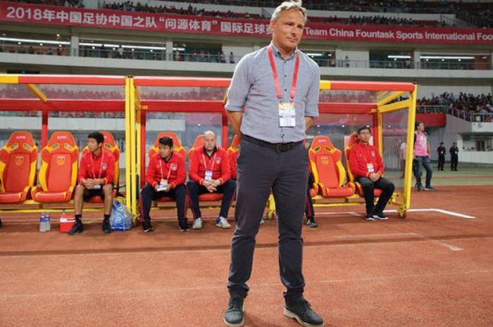 Pelatih timnas Myanmar asal Jerman, Antoine Hey jelang anak asuhnya dijamu timnas China pada uji coba internasional di Stadion Jiangning Sports Centre, 26 Mei 2018.