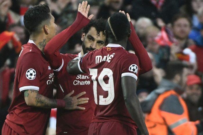 Pemain sayap Liverpool, Mohamed Salah, menolak melakukan selebrasi setelah mencetak gol ke gawang AS Roma pada laga leg pertama semifinal Liga Champions di Stadion Anfield, Selasa (24/4/2018) waktu setempat, sembari diapit Roberto Firmino (kiri) dan Sadio Mane.