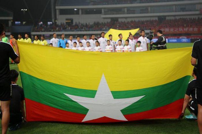 Para pemain timnas Myanmar dibelakang bendera negerinya jelang laga uji coba kontra tuan rumah Chi
