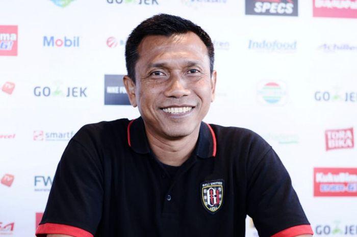 Pelatih Bali United, Widodo Cahyono Putro, melempar senyum kepada awak media di sela-sela acara temu wartawan jelang laga timnya melawan PSM, Rabu (11/7/2018).