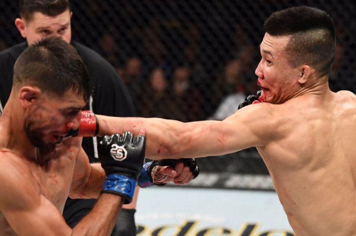 Si Macan Kumbang, Yair Rodriguez (kiri) saat bertahan dari serangan lawan di atas oktagon UFC.