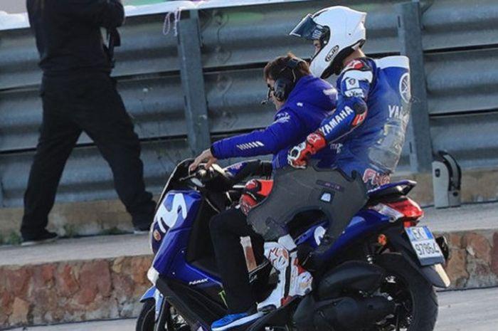 Jonas Folger kembali ke paddock setelah mengalami kecelakaan saat tes IRTA di Sirkuit Ricardo Tormo, Valencia, Rabu (21/11/2018).