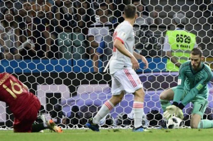 Kiper Spanyol, David De Gea (kanan) gagal mengamankan bola hasil sepakan keras penyerang Portugal,