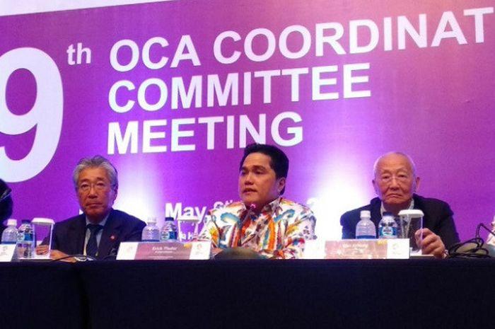 Ketua Inasgoc Erick Thohir (ketiga dari kiri) berbicara saat konferensi pers OCA Coordination Committee Meeting IX di Hotel Indonesia Kempinski, Jakarta, Rabu (9/5/2018).