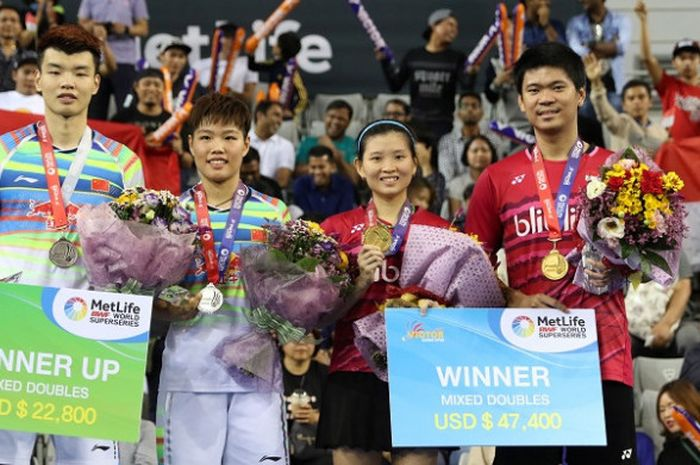 Pasangan ganda campuran Indonesia, Praveen Jordan/Debby Susanto, berpose di podium juara Korea Terbuka 2017 setelah mengalahkan Wang Yilyu/Huang Doping, 21-17, 21-18, di SK Handball Stadium, Minggu (17/9/2017).