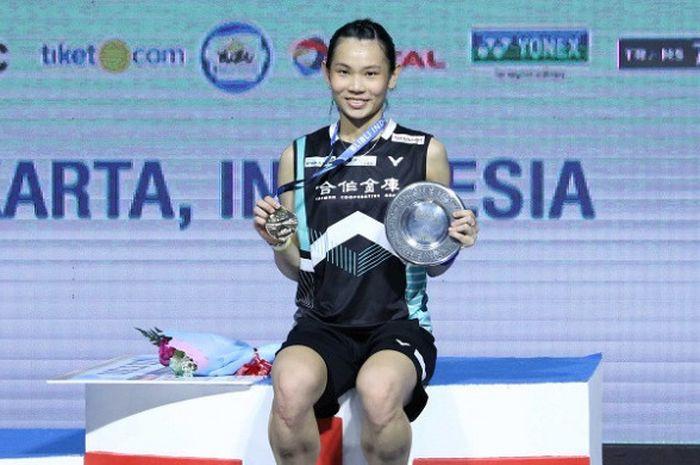 Pebulu tangkis tunggal putri Taiwan, Tai Tzu Ying, berpose di podium setelah memastikan gelar pada Indonesia Open 2018 di Istora Senayan, Jakarta, Minggu (8/7/2018).