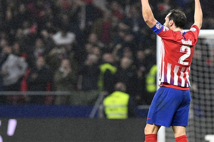Kapten Atletico Madrid, Diego Godin, melakukan selebrasi setelah timnya meraih kemenangan atas Athletic Bilbao pada pertandingan pekan ke-12 Liga Spanyol di Stadion Wanda Metropolitano, Sabtu (10/11/2018).