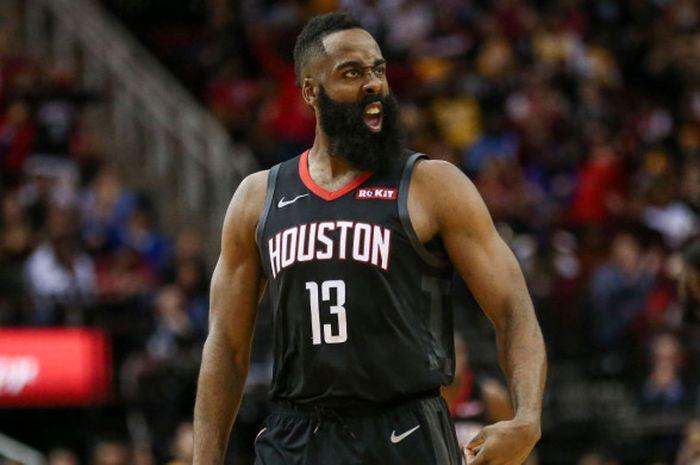 Pebasket bintang Houston Rockets, James Harden, meluapkan emosinya saat menjalani laga melawan Los Angeles Lakers pada lanjutan musim reguler NBA 2018-2019 di Toyota Center, Houston, Texas, Amerika Serikat, Jumat (14/12/2018).