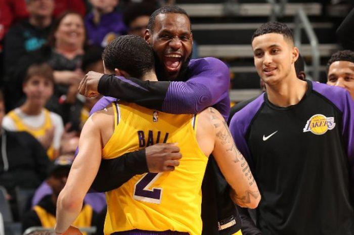 LeBron James saat memeluk Lonzo Ball dalam laga lanjutan NBA 2018/19 antara LA Lakers kontra Charlot