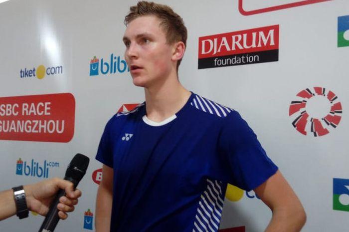 Pebulu tangkis tunggal putra Denmark, Viktor Axelsen, saat diwawancara di area mixed zone.