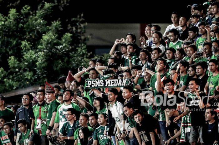 Suporter PSMS Medan menyaksikan laga Liga 1 2018 kontra Bhayangkara FC di Stadion PTIK, Jakarta, Ju
