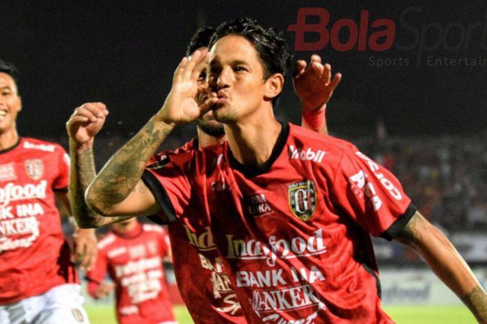 Selebrasi penyerang Bali United, Irfan Bachdim seusai membobol gawang Arema FC pad