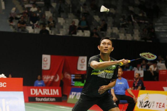 Pebulu tangkis tunggal putra Indonesia, Sony Dwi Kuncoro, mengembalikan shuttlecock yang dilepas lawannya, Ng Ka Long Angus (Hong Kong), pada laga babak kesatu turnamen Indonesia Masters 2018.