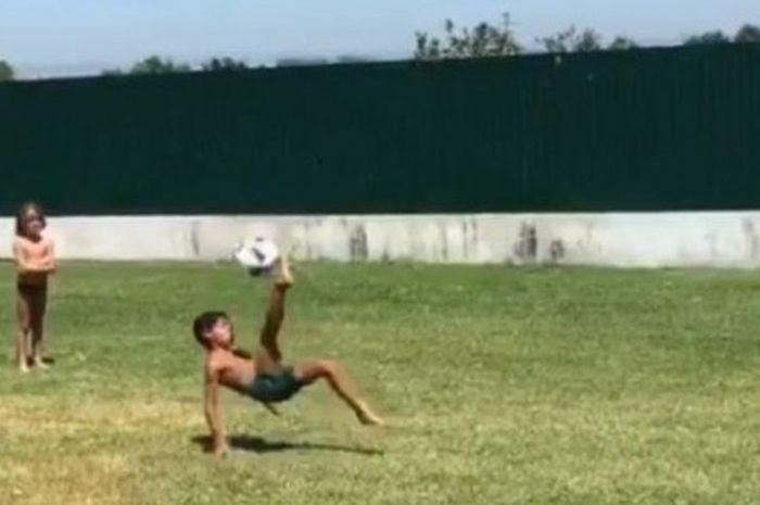 Cristiano Ronaldo Jr. melakukan tendangan salto.