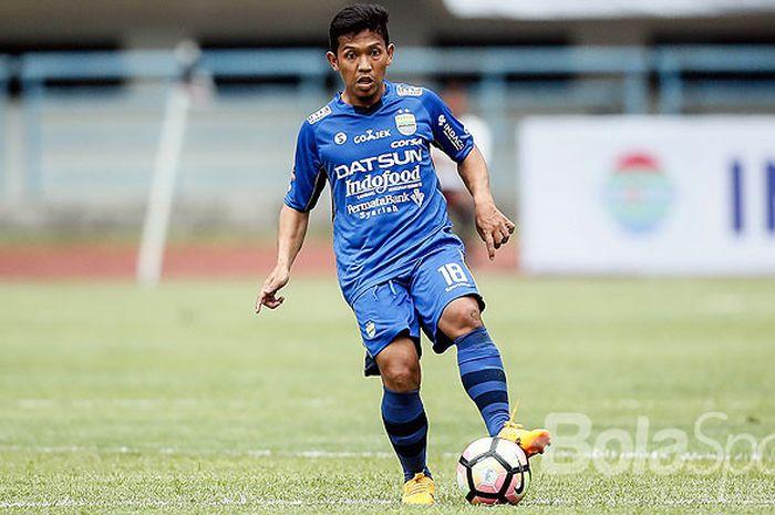 Aksi gelandang Persib Bandung, Eka Ramdani, saat tampil melawan Sriwijaya FC pada partai pembukaan Piala Presiden 2018 di Stadion Gelora Bandung Lautan Api, Kab. Bandung, Selasa (16/1/2018).