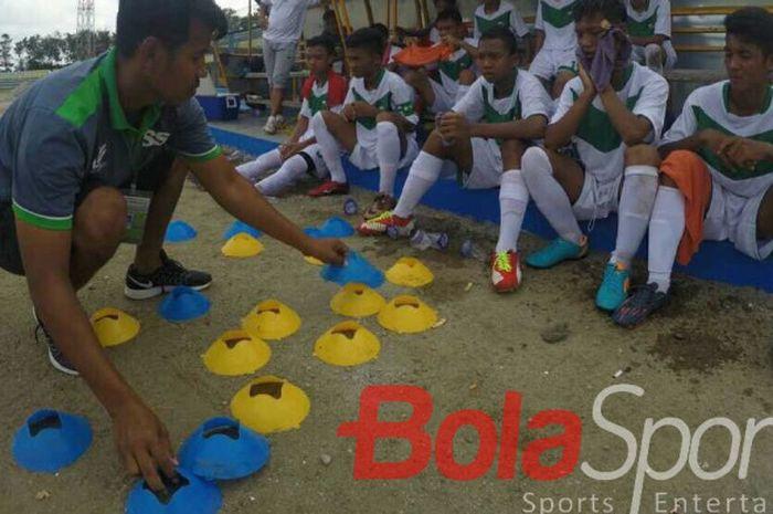 Mantan pemain tim nasional Indonesia, Saktiawan Sinaga, saat memimpin sebuah sesi latihan.