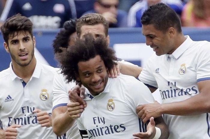 Bek Real Madrid, Marcelo Vieira (tengah) merayakan gol yang ia cetak ke gawang Chelsea bersama rekan