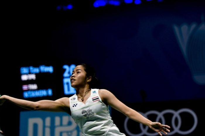 Pebulu tangkis tunggal putri Thailand, Ratchanok Intanon, berupaya mengembalikan kok yang dilepas lawannya, Tai Tzu Ying (Taipe), pada babak penyisihan grup turnamen BWF Superseries Finals di Hamdan Sports Complex, Dubai, Uni Emirat Arab, Kamis (15/12/2016).