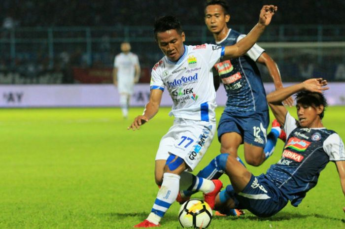 WInger Persib, Ghozali Siregar mencoba melepaskan diri dari dua pemain Arema FC, Syaiful Indra Cahya dan Hendro Siswanto (belakang) pada laga pekan keempat Liga 1 2018 di Stadion Kanjuruhan, Kabupaten Malang pada Minggu (15/4/2018).