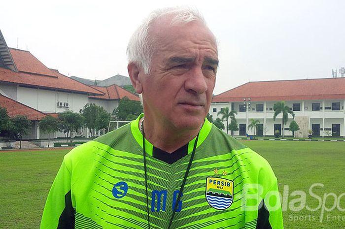 Pelatih Persib, Roberto Carlos Mario Gomez, berbicara kepada media usai latihan tim di Lapangan Sesko AD, Kota Bandung, Jumat (15/12/2017).