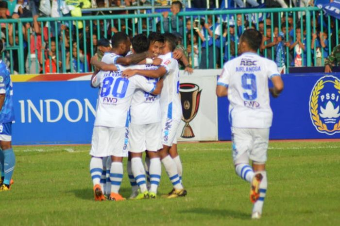 Suka cita pemain Persib seusai Febri Hariyadi membobol gawang tuan rumah PSCS Cilacap pada laga 64 Besar Piala Indonesia 2018 di Stadion Wijayakusuma, 5 Desember 2018.