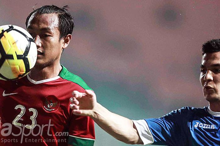 Kapten timnas Indonesia, Hansamu Yama Pranata (kiri), mendapat pengawalan ketat dari gelandang timnas Uzbekistan, Kenjabaev Islom, dalam laga PSSI Anniversary Cup 2018 di Stadion Pakansari, Kabupaten Bogor, Kamis (3/5/2018).