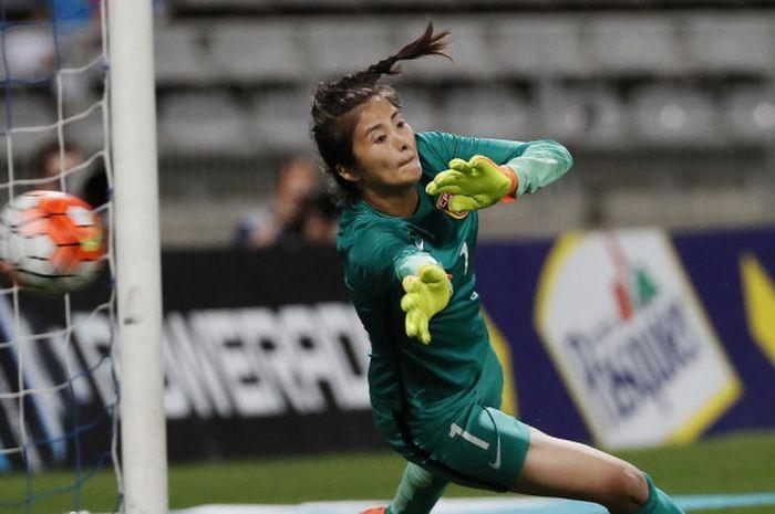 Kiper timnas perempuan China, Zhao Lina, beraksi dalam  laga persahabatan melawan Prancis, 16 Juli 2016 di Paris, Prancis.