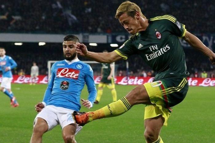 Gelandang AC Milan, Keisuke Honda (kanan), beraksi dalam laga lanjutan Serie A kontra Napoli di Stad