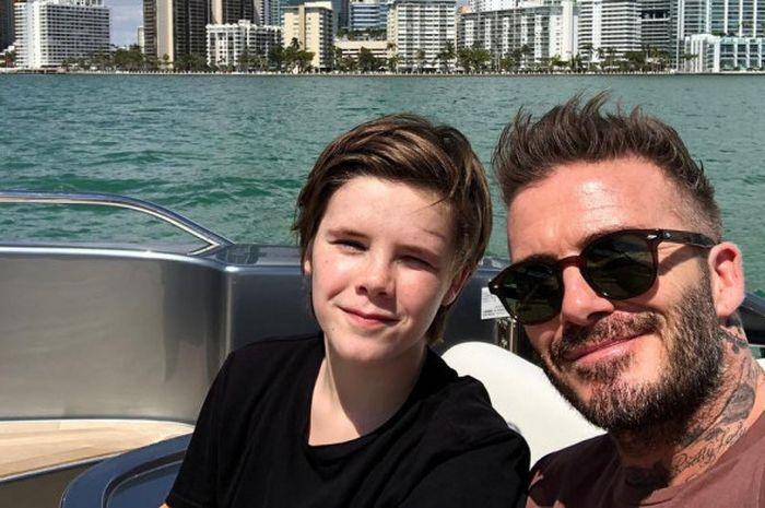 Cruz Beckham (kiri) bersama David Beckham
