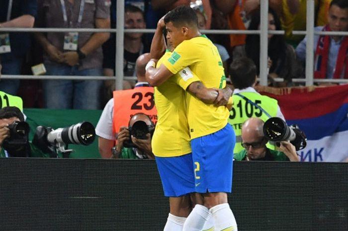 Bek Brasil, Thiago Silva (kanan), merayakan gol yang dicetak bersama Neymar dalam laga Grup E Piala Dunia 2018 kontra Serbia di Spartak Stadium, Moskow, Rusia pada 27 Juni 2018.