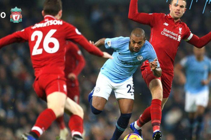 Gelandang Manchester City, Fernandinho (tengah), berduel dengan pemain Liverpool FC, Andrew Robertson
