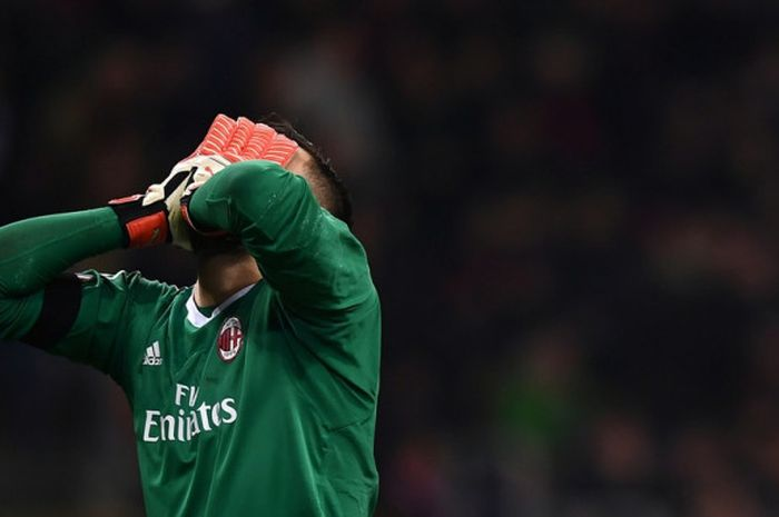 Ekspresi kiper AC Milan, Gianluigi Donnarumma, dalam laga leg pertama babak 16 besar Liga Europa ko