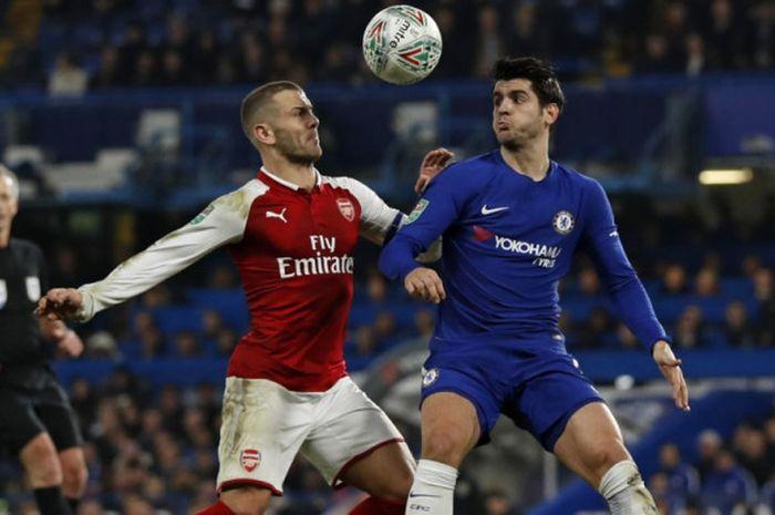 Penyerang Chelsea Alvaro Morata (kanan) dan gelandang Arsenal Jack Wilshere berebut bola dalam partai semifinal Piala Liga di Stamford Bridge, London, 10 Januari 2018.