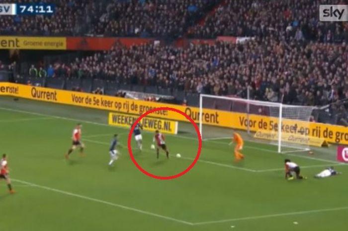 Dua bola mengacaukan serangan PSV Eindhoven saat melakukan serangan ke gawang tuan rumah Feyenoord Rotterdam di laga Eredivisi pada Minggu (2/12/2018).