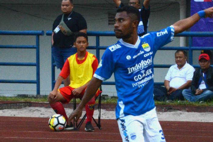Bek Kiri Persib Bandung, Ardi Idrus saat menghadapi Sriwijaya FC di Stadion Gelora Bandung Lautan Api, Sabtu (4/8/2018).