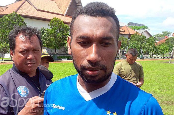 Patrich Wanggai seusai berlatih dengan Persib di Lapangan Sesko AD, Kota Bandung, Senin (18/12/2017).