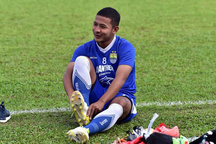Gelandang Persib Bandung, Gian Zola, saat berlatih menjelang melawan Borneo FC dalam laga Liga 1 201